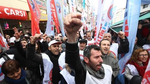الآلاف في مسيرة احتجاجية في انقرا ضد الحزب الحاكم في تركيا 26 فبراير 2014 ( أ ف ب )