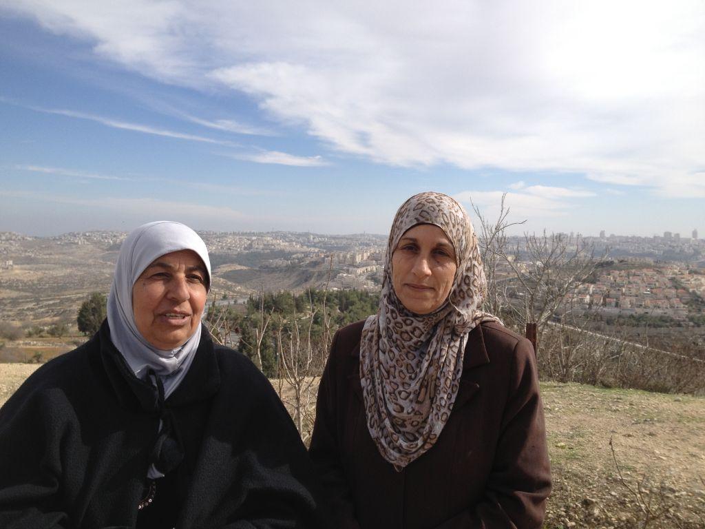 نوال بركات وجارتها عايدة ومن خلفهن في الصورة حي راموت في شمال القدس (بعدسة الحانان ميلر/ طاقم تايمز اوف اسرائيل)