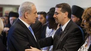 رئيس الحكومة بنيامين نتنياهو يصافح السفير الامريكي دان شابيرو 2013 (فلاش 90)