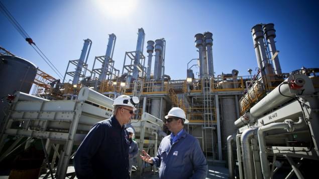 """عمال في مفاعل الغاز """"تمار"""" على بعد 24 كيلومتر من ساحل اشكلون (بعدسة موشي شاي/ فلاش 90)"""