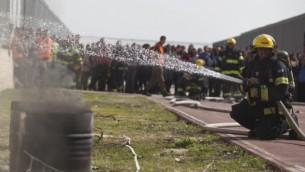 رجال الاطفاء خلال تمرين قيادي للجبهة الداخلية (فلاش ٩٠)