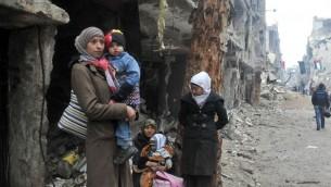 عائلة فلسطينية في مخيم اليرموك (أ ف ب)