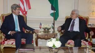محمود عباس وجون كيري في باريس الاسبوع الماضي 20 فبراير 2014 (أ ف ب)