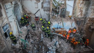 رجال الانقاذ في ساحة الانفجار الذي ادلى بمقتل 5 واصابة 10 آخرون في شمال عكا  17 فبراير 2014 (فلاش 90)