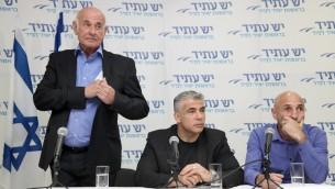 رئيس حزب يش عاتيد مع ياعوف بيري وعوفر شيلح في مؤتمر صحفي بتل ابيب 20 فبراير 2014 (فلاش90)