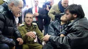بنيامين نتنياهو في المستشفى العسكري في هضبة الجولان مع مصابين سوريين( بعدسة كوبي جدعون / جي بي أو/ فلاش 90)
