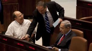وزير الخارجية بنيامين نتانياهو ووزير الدفاع موشي يعالون مع ورزير الخارجية أفيجدور ليبرمان في الكنيست 2013 (فلاش 90)