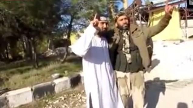 المواطن البريطاني عبد الوحيد ماجيد (بالزي الابيض) منفذ العملية الانتحارية في سوريا 2013 (من شاشة اليوتوب)