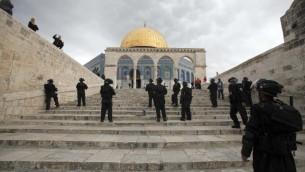 الشرطة الاسرائيلية تتقدم باتجاه متظاهرون فلسطينيون في الحرم الشريف بعد صلاه الجمعة 2013 (فلاش 90)