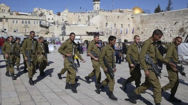 جنود اسرائيلين في القدس الشرقية , في خلفية الصورة تظهر قبة الصخرة 2 فبراير 2014 (بعدسة ناتي شوحاط / فلاش 90)