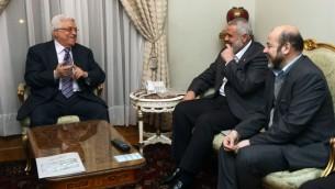 الرئيس الفلسطيني محمود عباس مع رئيس حكومة قطاع غزة اسماعيل هنية خلال اجتماع بين فتح وحماس في مصر 2012 (Flash90)