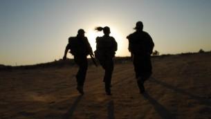 جنديات خلال تدريب في النقب (صورة توضيحية بعدسة جيلي يعاري/ فلاش 90)