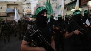 مسلحون ملثمون في الشوارع في الضفة الغربية (فلاش 90)