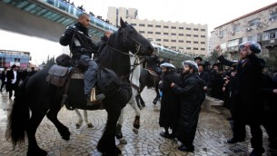 مئات من اليهود الحاريديم في اصتدامات مع الشرطة الاسرائيلية خلال مظاهرة في القدس 6 فبراير 2014 في اعقاب اعتقال المتملص من الخدمة العسكرية الحاريدي (بعدسة يوناتان سنايدل فلاش 90)