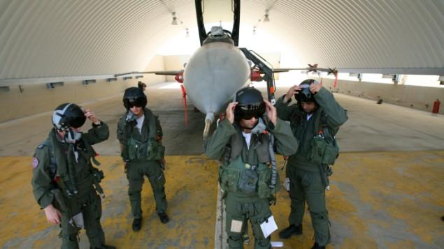 طيارون في سلاح الجو الاسرائيلي بعد تدريب عسكري, صورة توضيحية (فلاش 90)