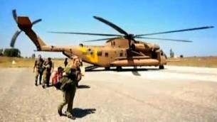 جندي اسرائلي ينزل من مروحية في طريقها الى المشفى العسكري السري على حدود سوريا (صورة شاشة القناة الثانية الاسرائيلية)