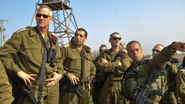 رئيس اركان الجيش الاسرائيلي بيني جانس خلال جولة في هضبة الجولان 23 فبراير 2014 (فلاش 90)