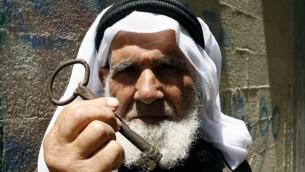 لاجئ فلسطيني في رفح يعرض مفتاح العودة الرمزي مطالبا بحق العودة لبئر السبع (فلاش 90)