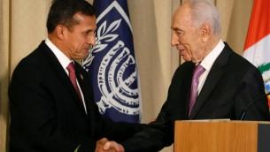الرئيس الاسرائيلي شيمون بيريز (يمين) مستقبلا نظيره البيروفي اولانتا هومالا في القدس في 17 شباط/فبراير 2014  (أ ف ب )