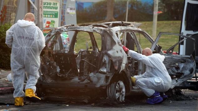 اعضاء فرقة السيطرة على القنابل والانفجارات تتحقق من سيارة بحد انفجاره في بيتح تيكفا  3 فبراير 2014 (فلاش 90)