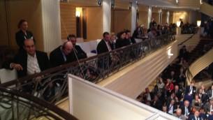 مسؤولون ايرانيون (يسار) يجلسون بجانب مسؤولين ايرانيين خلال خطاب وزير الخارجية الايراني ظريف في مؤتمر الامن الدولي (بعدسة رفائيل اهرين/ طاقم تايمز اوف اسرائيل)