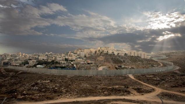 صورة تعود الى 12 تشرين الثاني/نوفمبر 2013 للحاجز الأمني حول منطقة راس خميس في القدس الشرقية  (أ ف ب)