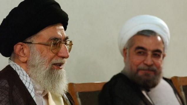 روحاني خلال لقاء مع علي خمينائي (أ ف ب )