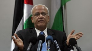 كبير المفاوضين الفلسطينين صائب عريقات في مؤتمر صحفي برام الله 2 فبراير 2014 (فلاش 90)