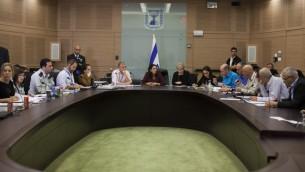 اعضاء الكنيست خلال جلسة لفرض الخدمة العسكرية  الاجبارية على المتدينين اليهود 19 فبراير 2014 (بعدسة يوناتان سنايدل/ فلاش 90)