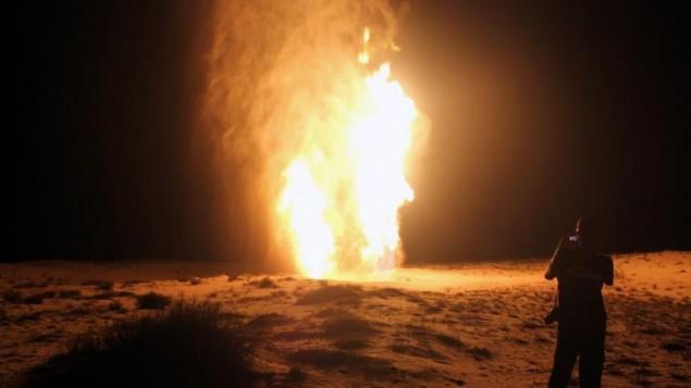 رجل ينظر الى انفجار انبوب الغاز في العريش شمال سيناء 2012 (AFP)