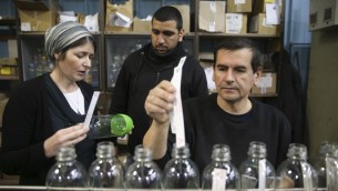عامل فلسطيني وزميله اليهودي في مصنع صوداستريم في مستوطنة معالي ادوميم (بعدسة ناتي شوحاط/ فلاش 90)