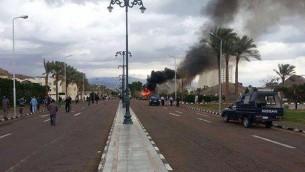 دخان يتصاعد من موقع الانفجار الذي استهدف حافلة سياح في طابا في 16 شباط/فبراير 2014 (أ ف ب)