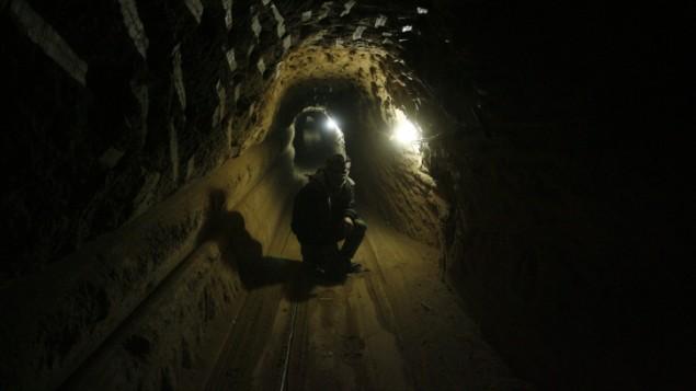 عامل فلسطيني داخل نفق تحت الحدود بين غزة ومصر (بعدسة عبد الرحيم خطيب/ فلاش 90)