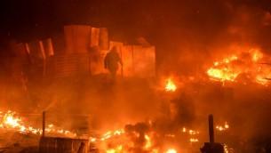السنة النار تتصاعد في مخيم المتظاهرين الرئيسي في ساحة الاستقلال في كييف في 18 شباط/فبراير 2014  © ا ف ب سيرغي سوبنسكي