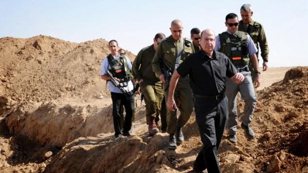 وزير الدفاع موشي يعالون في جولة على حدود غزة (بعدسة الون باسون / وزارة الدفاع/ فلاش 90)