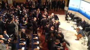 وزير الخارجية محمد ظريف يصافح الحضور في مؤتمر ألأمن في ميونخ 2 فبراير 2014, في الزاوية اليمنى العليا يقف موشي يعلون وزير الدفاع الاسرائيلي (بعدسة رافائيل اهرين / تايمز أوف اسرائيل)