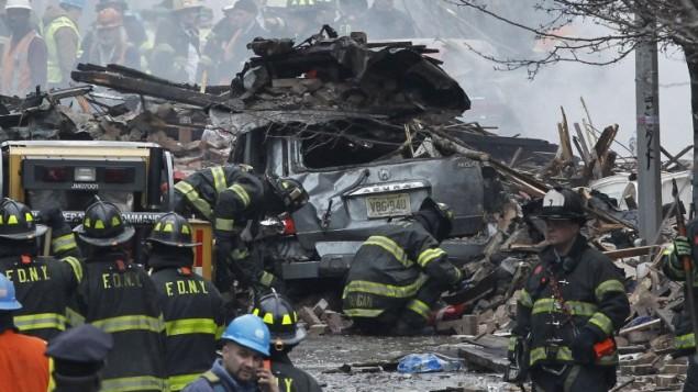 رجال الاطفاء بعد اخماد الحريق في هارلم والتي نتجت عن افجار انبوب غاز الذي ادى الى انهيار عمارة كاملة  12 مارس 2014 (صور جيتي/ ا ف ب)