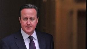 رئيس الوزراء البريطاني دافيد كاميرون امام داونينج ستريت ٢٧ فبراير ٢٠١٤ (أ ف ب)