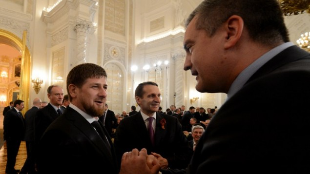 الرئيس الشيشاني رمضان قديروف مع رئيس القرم سيرجي اسيونوف ١٨ مارس ٢٠١٤ (بعدسة كيريل كودريفاتسف/ أ ف ب)