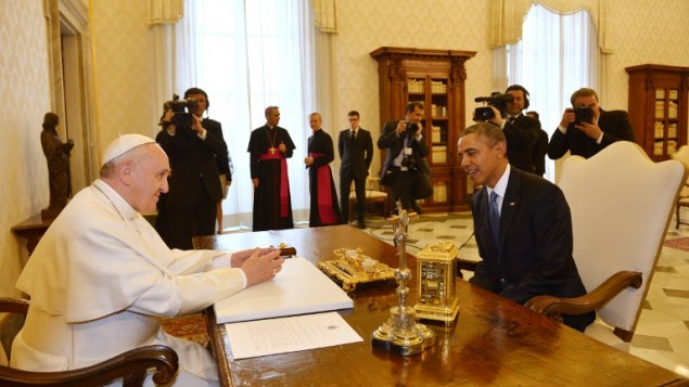 رئيس الولايات المتحدة باراك اوباما مع الحبر الاعظم البابا فرانسيس في الفاتيكان ٢٧ مارس ٢٠١٤ (بعدسة جابريئل بويس/ أ ف ب)