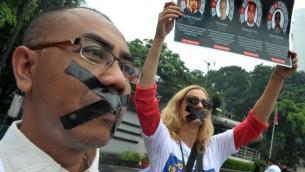 مراسل الجزيرة في جكارتا اندونيسيا ستيب فايسين في مظاهرة ضد اعتقال زملائه في مصر (بعدسة باي ايسومو/ أ ف ب )
