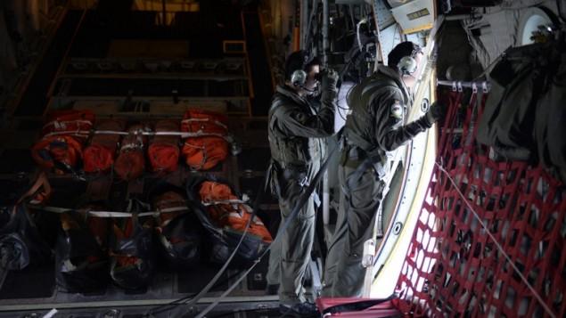 """رجال انقاذ في جمهورية سينغافورا يبحثون عن انقاض الطائرة المفقودة فوق مساحة تقارب 140 ميلا بحريا في شمال شرقي نوتا بارو, ماليزيا  10 مارس 2014 """"AFP PHOTO / THE STRAITS TIMES /Desmond Lim"""""""