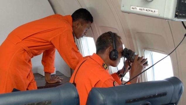 """رجال انقاذ في جمهورية سينغافورا يبحثون عن انقاض الطائرة المفقودة فوق مساحة تقارب 140 ميلا بحريا في شمال شرقي نوتا بارو, ماليزيا  12 مارس 2014 """"AFP PHOTO / INDONESIAN AIR FORCE"""
