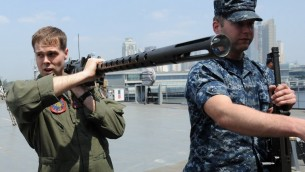 قوات البحرية الامريكية تصل الى ميناء مانيلا للمساعدة في البحث البحري حول الطائرة المفقودة 18 مارس 2014 (بعدسة تيد الجيبي/ أ ف ب)