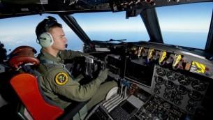 صورة مقدمة من سلاح الجو الملكي الاسترالي لطائرة استرالية اثناء البحث عن الطائرة المفقودة (برعاية وزارة الدفاع الاسترالية / أ ف ب)
