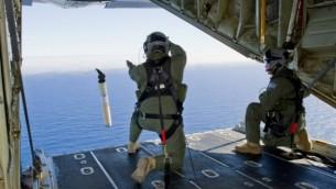 قادة سلاح الجو الملكي الاسترالي يحضرون ماركر تحديد المواقع والبيانات العوامة  من طائرة C-130J هرقل في جنوب المحيط الهندي كجزء من المساعدة لقوات الدفاع الأسترالية إلى البحث عن الخطوط الجوية الماليزية طيران MH370 (برعاية سلاح الجو الاسترالي/ أ ف ب)