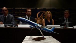 مجسم لطائرة بوينج 777 اثناء مؤتمر صحفي عقدته شركة ريديك للقانون في فندق كوالالامبور 26 مارس 2014 تقول شركة الطيران بانها بدأت اجرائات قانونية تقدر بعدة ملايين الدولارات ضد خطوط ماليزيا الجوية وبوينج حول موضوع طائرة ام اتش 370 (بعدسة اد جونز/ أ ف ب)