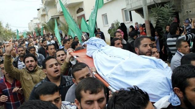 غزة تشييع جثمان الامرأة المضطربة نفسيا والتي قتلت على يد الجيش الاسرائيلي عند اقترابها من الحدود ١ مارس ٢٠١٤ (أ ف ب)