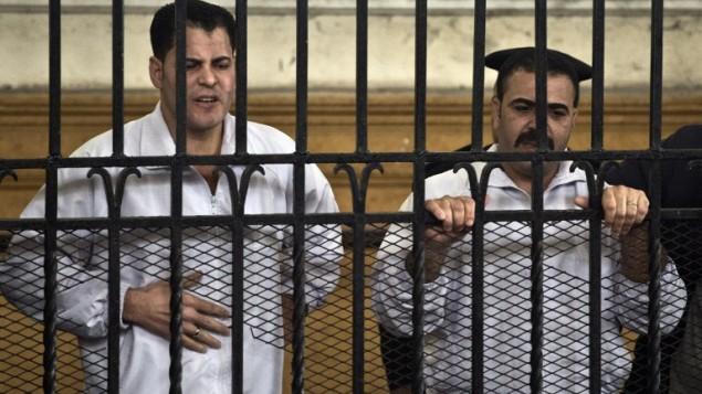 مصر الاسكندرية: الشرطيان عواد سليمان ومحمو صلاح خلال المحكمة 3 مارس 2013 (أ ف ب)