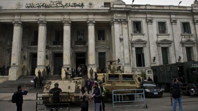 مصر, الاسكندرية: رجال الجيش والشرطة المصريين يقفون خارج المحكمةالجنائية في مصر 3 مارس 2013 (أ ف ب)